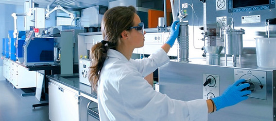 A young woman working at the Repsol Technology Lab.