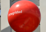 A balloon with the word 'integrity' in Spanish