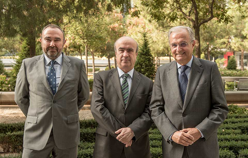 From left to right: Fernando Ruiz, Director of Sustainability at Repsol, Mariano Jabonero, Secretary General of OEI, and Ignacio Egea, Second Vice President of Fundación Repsol