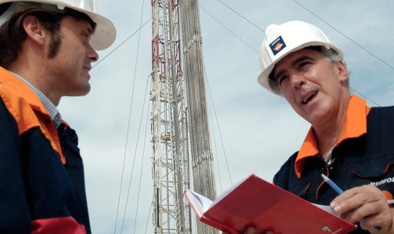 Two Repsol employees review an exploration task.