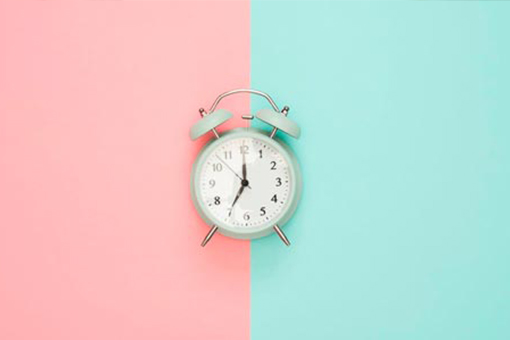 Alarm clock with a split blue and pink background