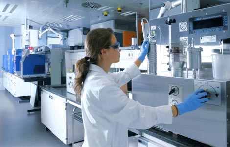 Life at Repsol. A woman working in a laboratory.